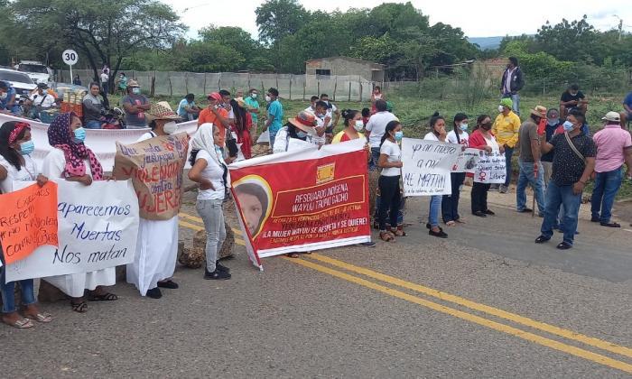 Manifestantes bloquean vía en Barrancas, La Guajira