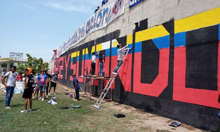 Rinden homenaje a víctimas de protestas con mural en Santa Marta
