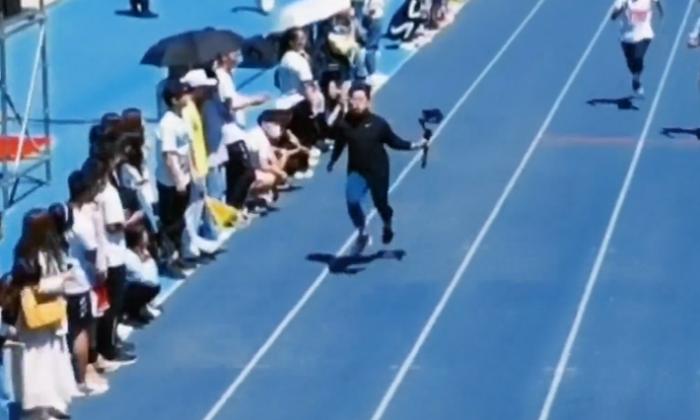 Camarógrafo grababa una competencia deportiva y terminó ganándola