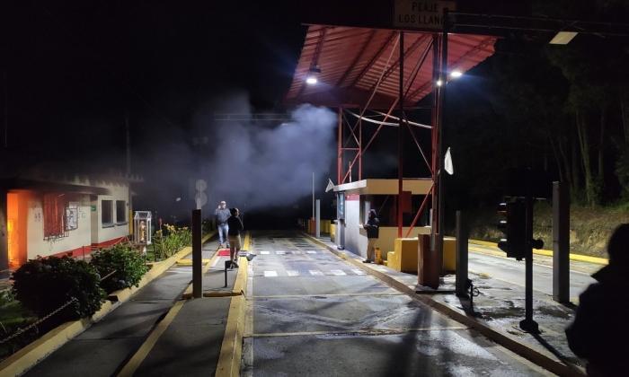 Queman peaje en la vía que comunica a Antioquia con la región Caribe