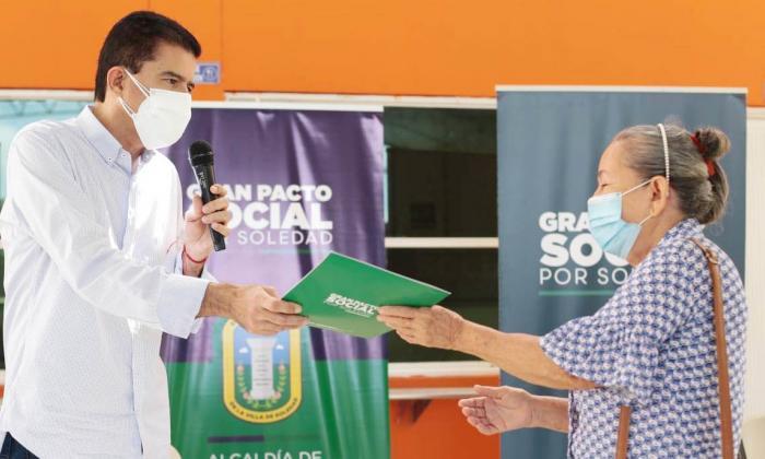 Otras 1.300 familias de Villa Sol reciben títulos de propiedad de sus casas
