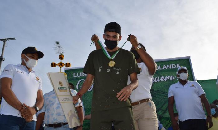 Barrancas homenajeó a su hijo: Luis Díaz