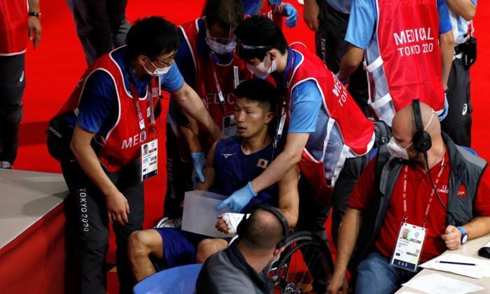 El rival de Yuberjen Martínez salió tambaleante y en silla de ruedas