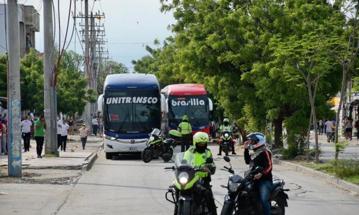 Conductores de buses intermunicipales protestan para reactivar su sector