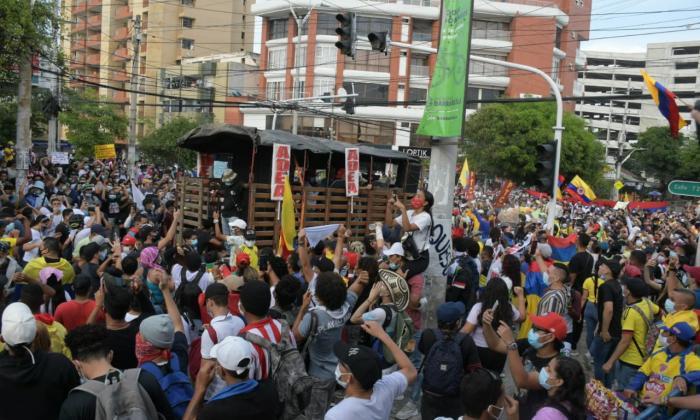 Desmanes durante protestas en Barranquilla a las afueras del Romelio Martínez