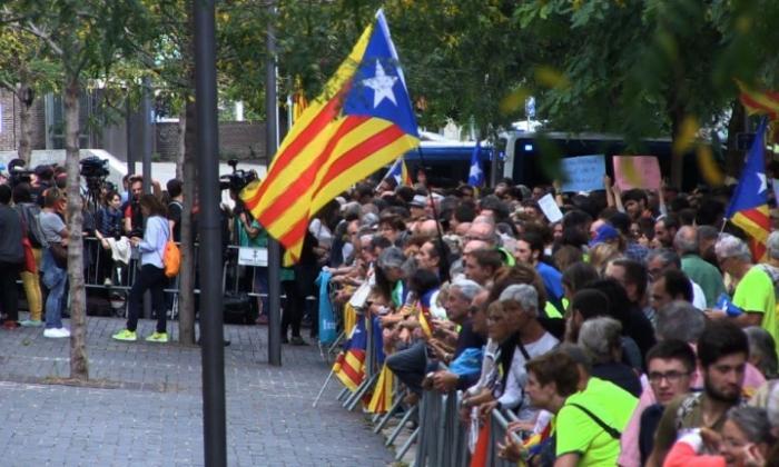 Catalanes ocupan centros de votación