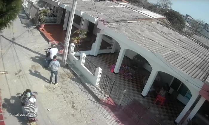 Cámaras registran cuando mototaxi es atracado por cliente en el barrio Hipódromo