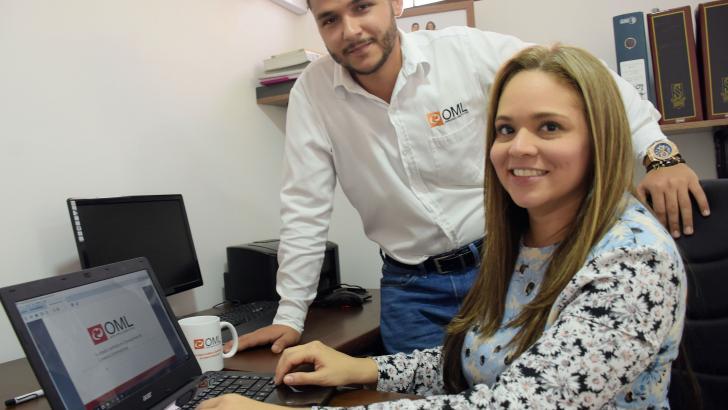 Sofía Castillo y Carlos Lacouture en la oficina de OML en Barranquilla.