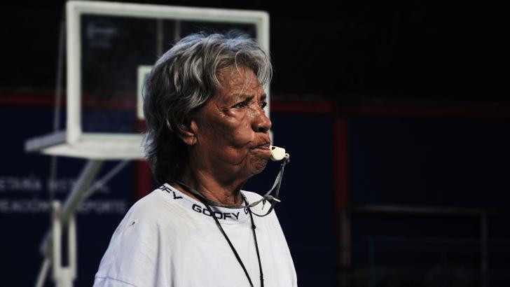 Ana Alvarado, con 88 años de edad, sigue como entrenadora de baloncesto.