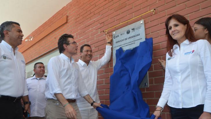 Minsalud, Alejandro Gaviria devela la placa que protocoliza la entrega oficial y apertura de la sala de urgencias.