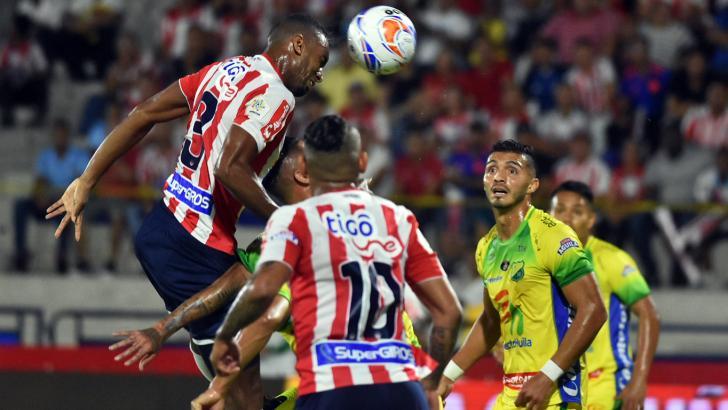 Deivy Balanta cabecea el balón durante una acción de juego.