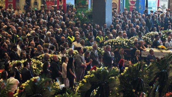 Miles de personas acudieron a las honras fúnebres de las 38 víctimas reportadas tras la caída del puente.