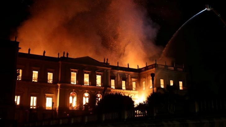 Museo Nacional de Río devorado por incendio.