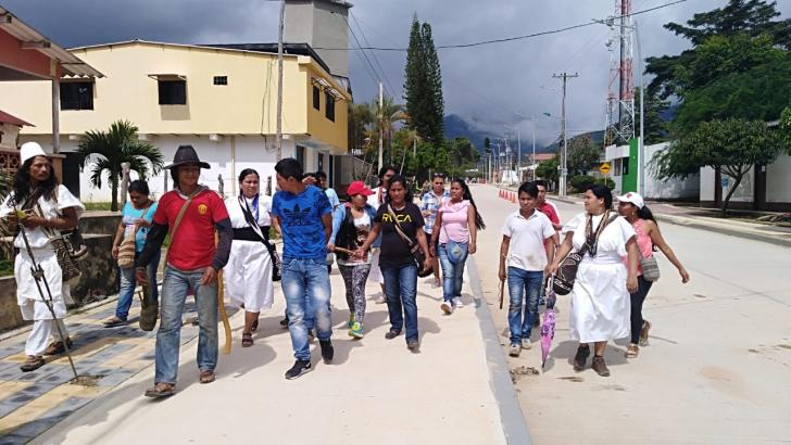 Indígenes llevan al presunto abusador hasta la casa de gobierno del municipio de Pueblo Bello.