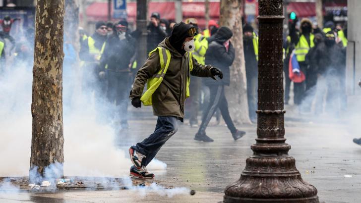 Los 'chalecos amarillos' franceses se enfrentan a la policía en las calles de París.