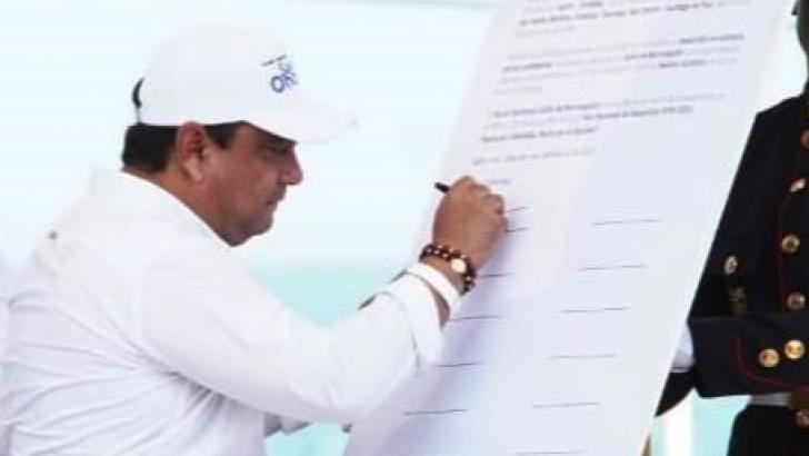 Teódulo Cantillo, alcalde de San Onofre, cuando firmaba el Pacto por el Golfo de Morrosquillo.