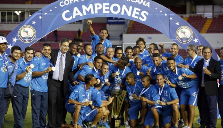 Los jugadores de la selección de Honduras celebran con el trofeo de campeones de la Copa Centroamericana de Fútbol.
