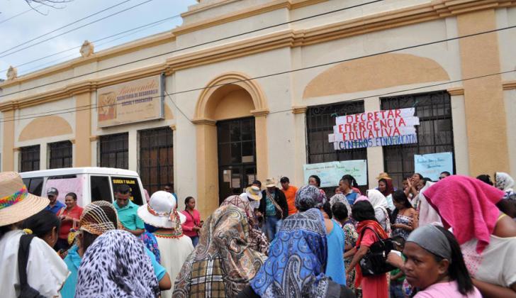 Autoridades tradicionales y sus comunidades ubicadas en la vía a Valledupar y Troncal del Caribe, reclaman celeridad en la contratación de docentes de 17 centros etnoeducativos.