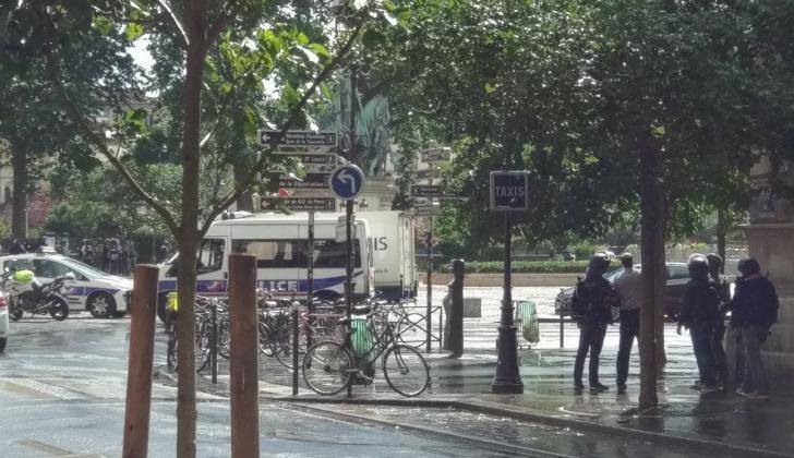 Aspecto de las afueras de la catedral de Notre Dame tras el incidente
