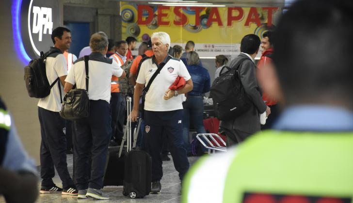 El técnico Julio Comesaña dialoga con el preparador físico, Jorge Franco, y su asistente, Arturo Reyes.