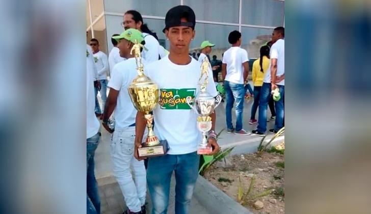 Kevin Senior carga dos trofeos obtenidos en el programa Va Jugando.