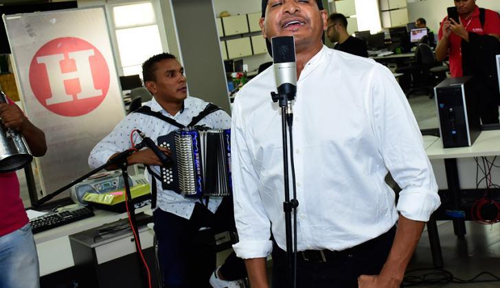 Farid Ortiz interpreta su nuevo sencillo titulado 'El Cui Cui', en la sala de redacción de la casa editorial.