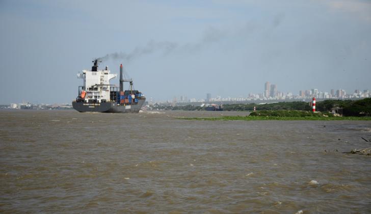 Aspecto del canal de acceso a la zona portuaria de Barranquilla.