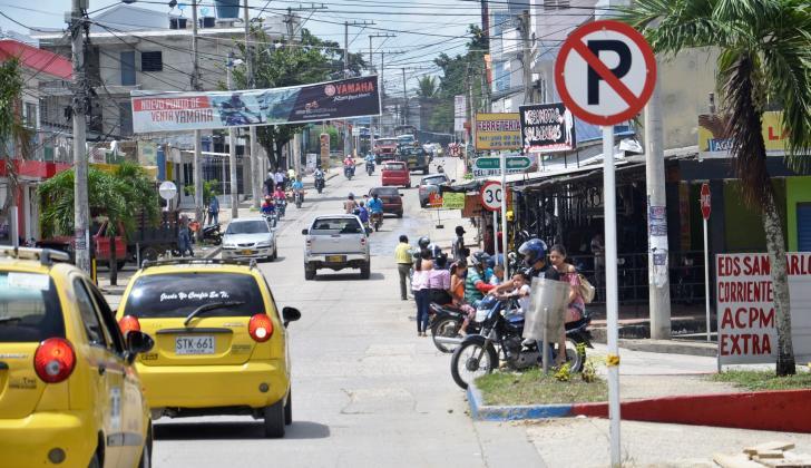 Dos taxis circulan por una vía de Sincelejo.