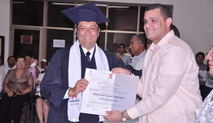 Juan Francisco 'Kiko' Gómez recibe el título honoris causa de administrador de empresas.