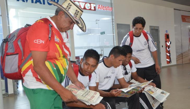 El equipo boliviano de remo en el aeropuerto.