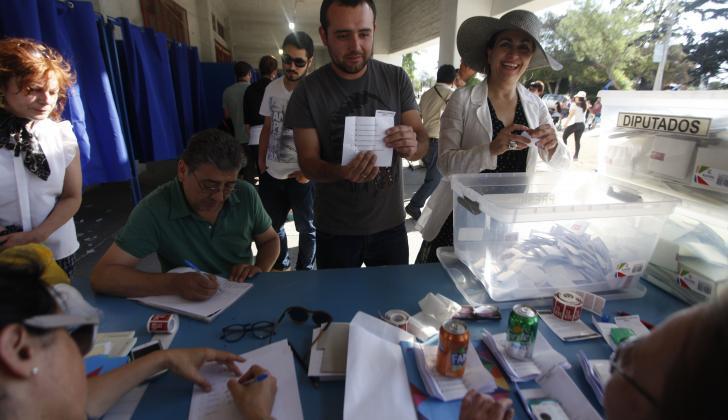 Jurados de votación contando los votos en el Estadio Nacional de Santiago de Chile.