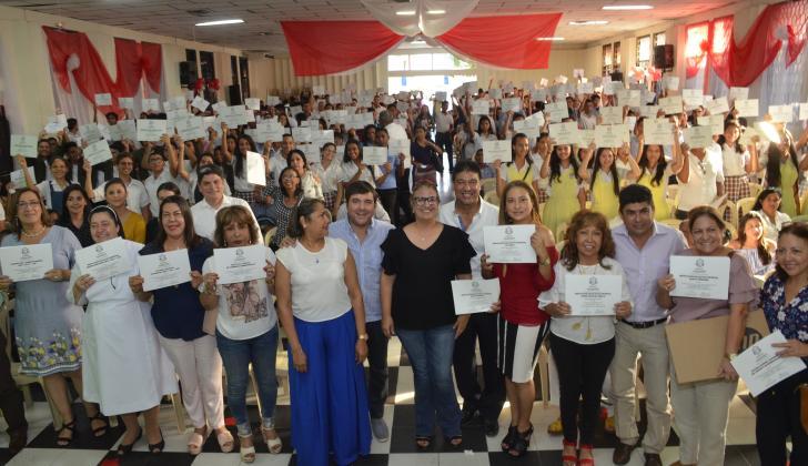 'Pilos' y rectores muestran certificados entregados por la Alcaldía de B/quilla como reconocimiento.