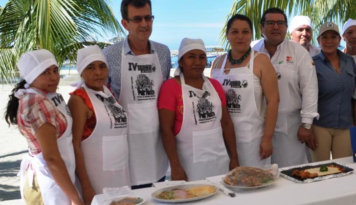 Los chefs y cocineros tradicionales, quienes prepararon los platos para los comensales.