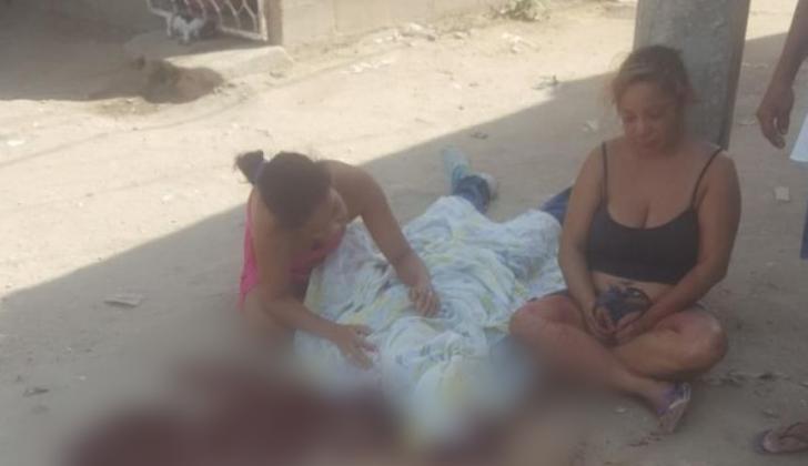 Dos mujeres se lamentan junto al cuerpo de Jan Carlos De la Hoz Ayala.