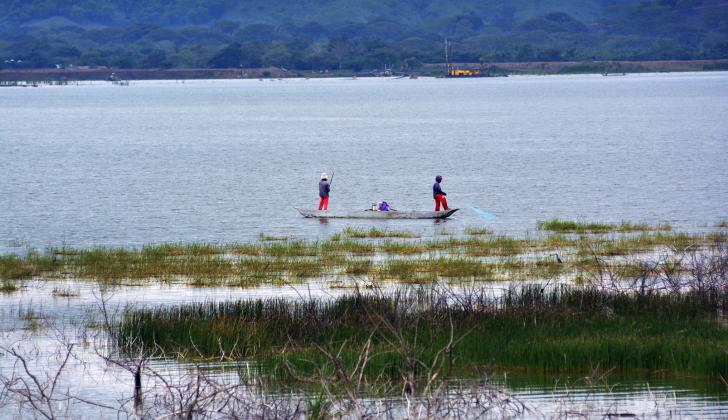 Dos pescadores realizan su faena en la Ciénaga de Luruaco, en el sur del departamento.