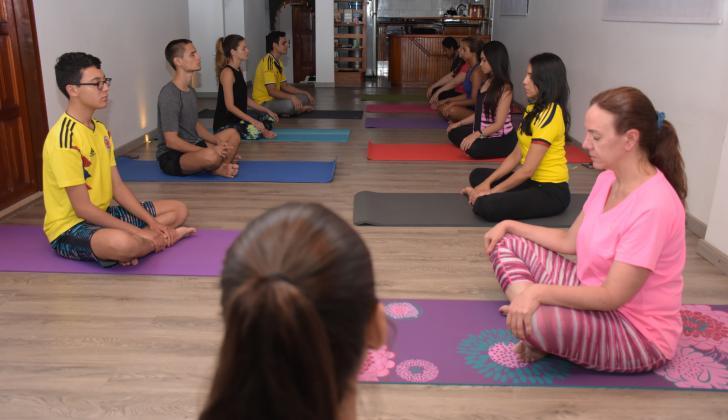 El momento de la meditación es fundamental en cada sesión. En la foto están en postura de loto o Padmasana.