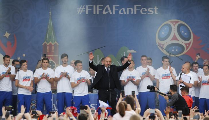 El seleccionador Stanislav Cherchesov  y sus jugadores en el escenario de la 'fan-zone' de Moscú.