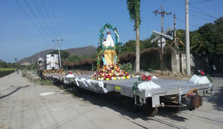 La imagen de la Virgen del Carmen a su paso por el corredor férreo de Gaira.