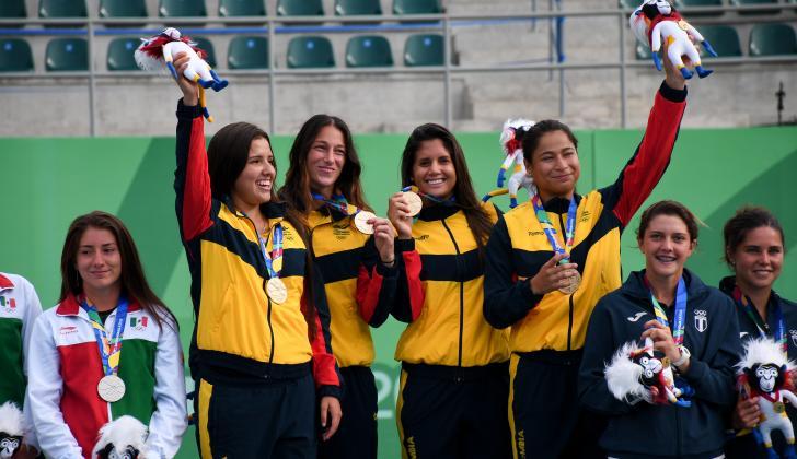 María Camila Osorio, Mariana Duque, María Paulina Pérez y María Fernanda Herazo posando con la medalla de oro de la Copa de Naciones.