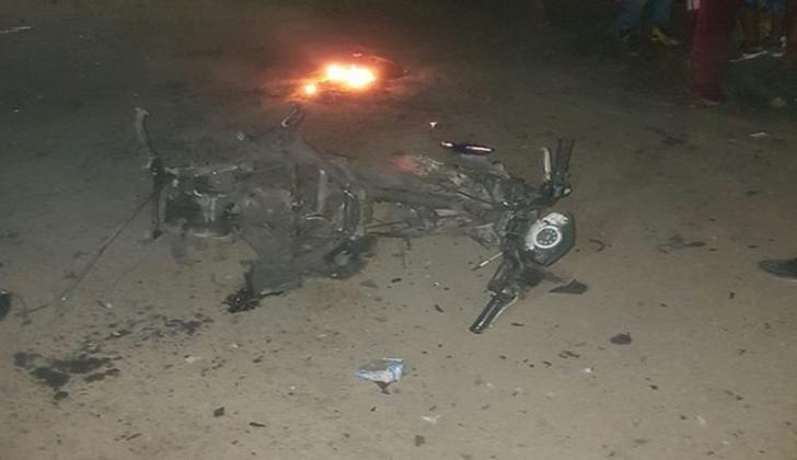 Estado en el que quedó la moto que fue cargada con explosivos.