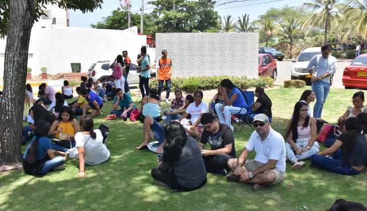 Estudiantes en el receso de la jornada de las Pruebas Saber 11.