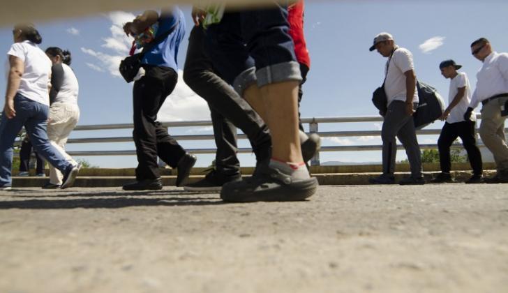 Decenas de venezolanos atraviesan la frontera con Colombia por la vía de Cúcuta.