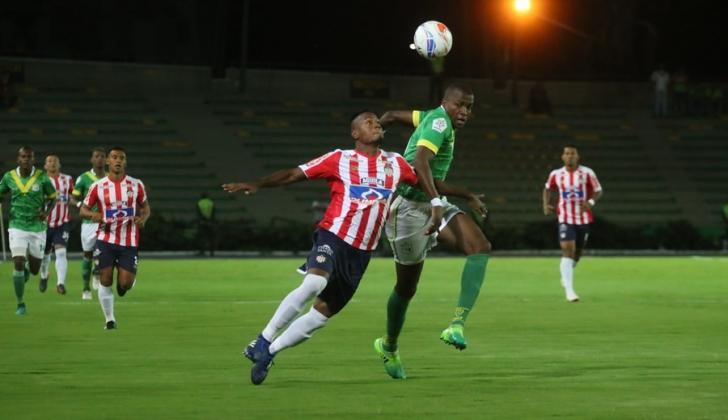 El defensor Willer Ditta disputa un balón con un jugador del Deportes Quindío.