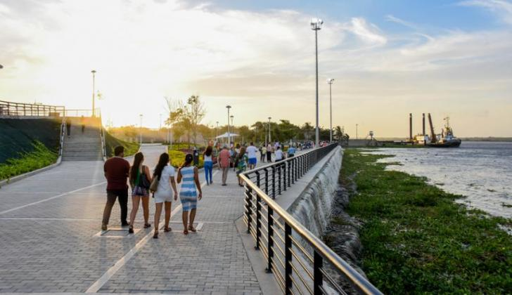 Familias pasean en el Gran Malecón del Río.