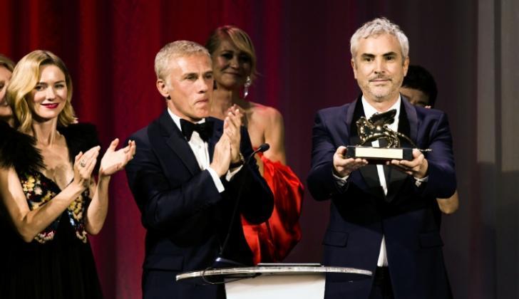 El director mexicano Alfonso Cuarón (D) tras recibir el León de Oro.