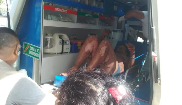 El hombre cuando era trasladado en ambulancia hasta el centro médico.