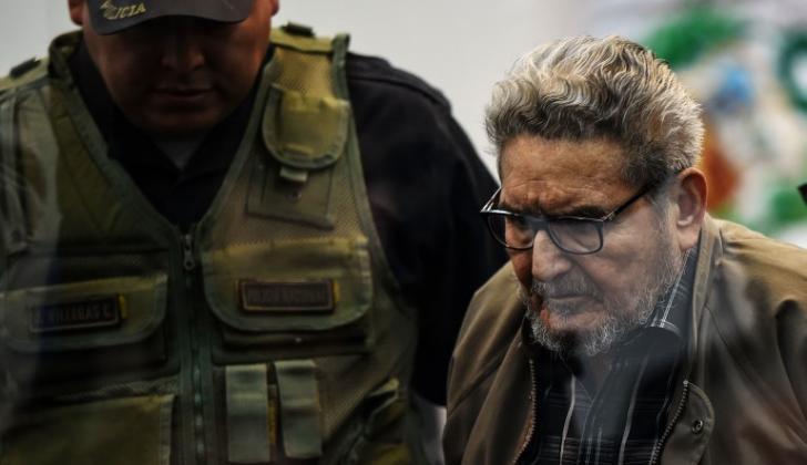 Abimael Guzmán cuando hacía su ingreso para la lectura de la sentencia condenatoria.