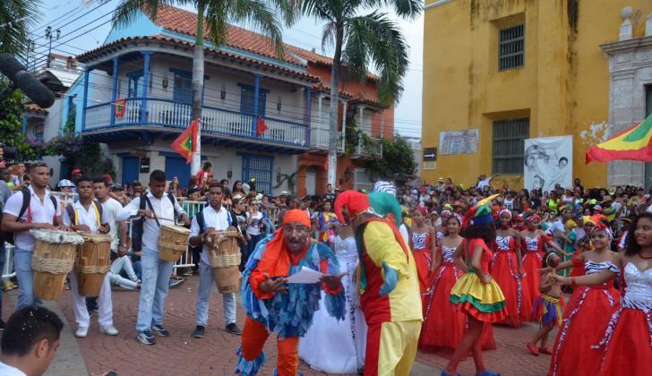 El cruce del desfile de la Independencia y el del Bando generó el debate.