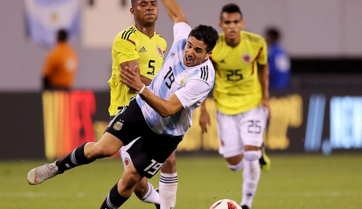 Díaz (atrás) ve la jugada entre Barrios y Simeone.