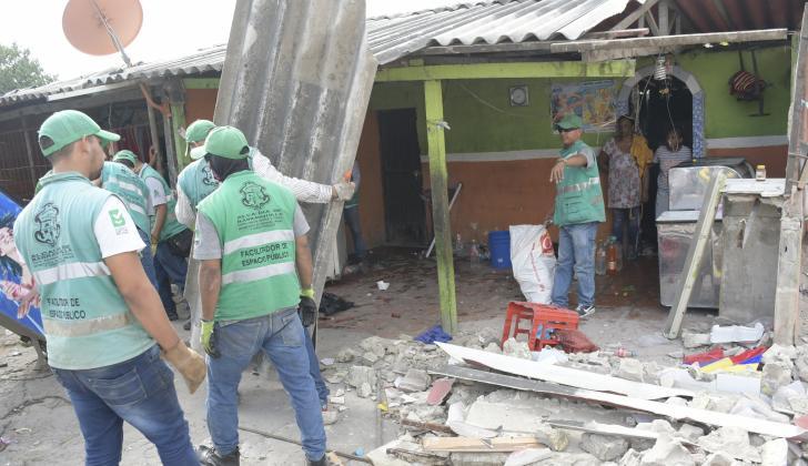 Personal de Espacio Público desaloja kiosco.